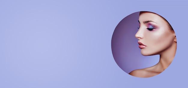 Frau in einem kreis des runden lochs auf purpur