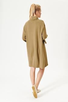 Frau in einem minimalen beigen kleidermodell