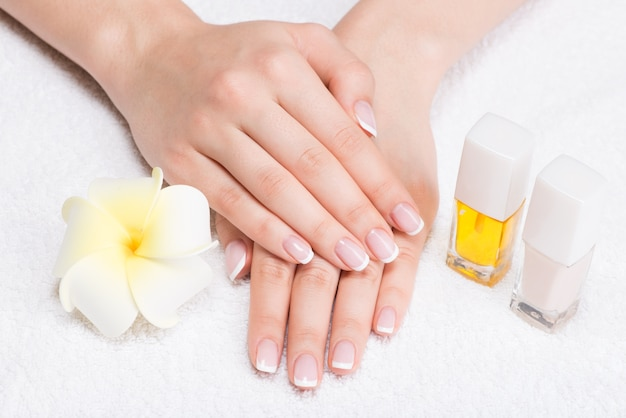 Frau in einem nagelstudio, der maniküre durch eine kosmetikerin erhält. schönheitsbehandlungskonzept.