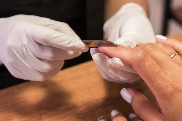 Frau in einem nagelstudio