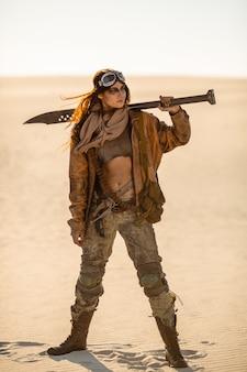 Frau in einem postapokalyptischen kostüm