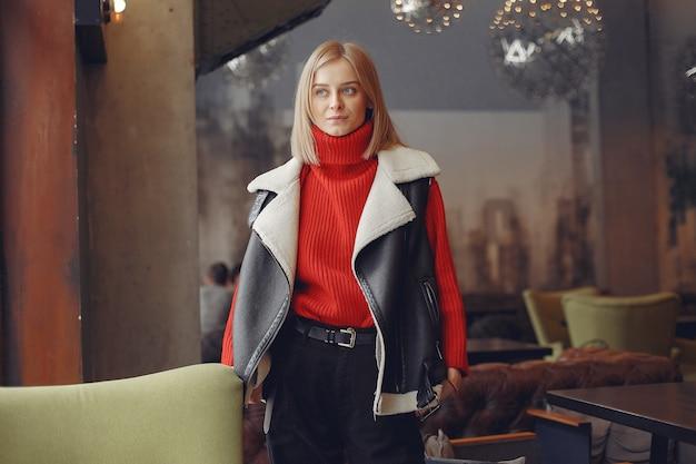 Frau in einem roten pullover. dame in einem restaurant.
