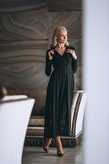 Frau in einem schicken schwarzen kleid