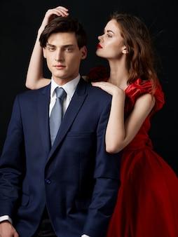 Frau in einem schönen kleid mit einem mann umarmt ein urlaubspaar, schönes porträt eines sexy paares