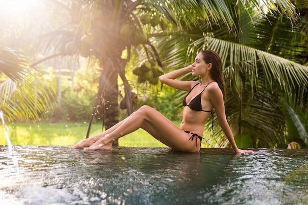 Frau in einem schwimmbad in bali