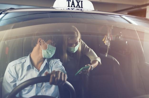 Frau in einem taxi zeigt adresse am telefon