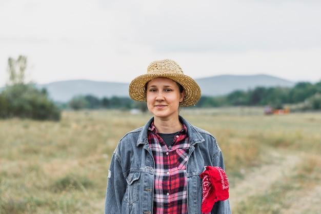 Frau in einer jeansjacke und in einem roten quadratischen hemd