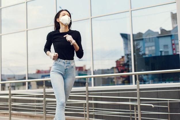 Frau in einer maske steht auf der straße