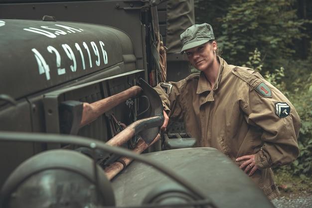 Frau in einer militäruniform in einem armeeauto