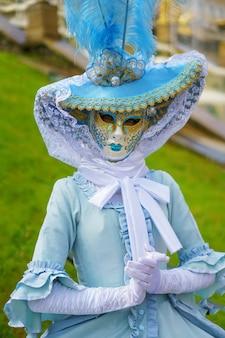 Frau in einer venezianischen maske und einem schönen karnevalskleid