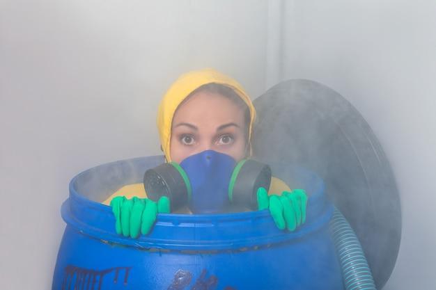 Frau in gasmaske