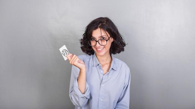 Frau in gläsern mit kreditkarte
