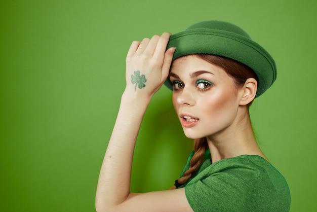 Frau in grün gekleidet für st. patrick's day