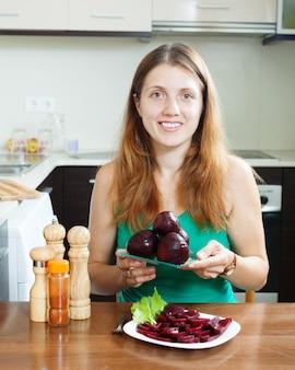 Frau in grün mit gekochten rüben
