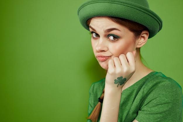 Frau in grün, st. patrick's day, grüner vierblättriges kleeblatt