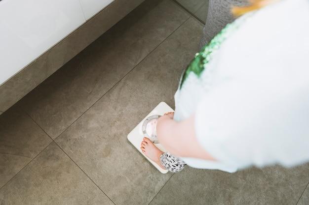 Frau in hellen kleidung im badezimmer