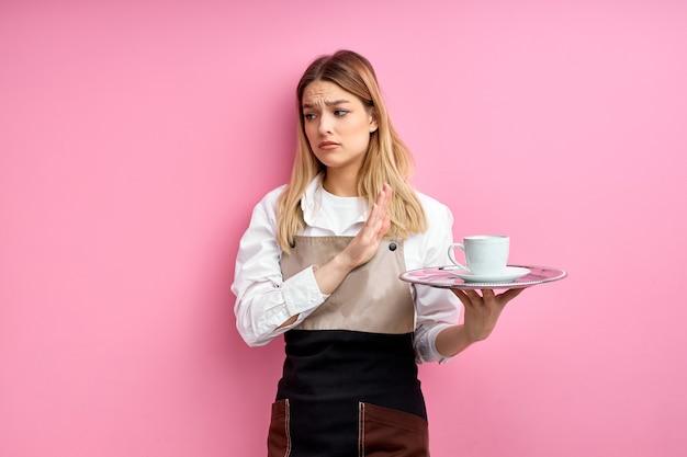 Frau in kellnerin schürze weigert sich, kunden mit so schrecklichen kaffee zu dienen