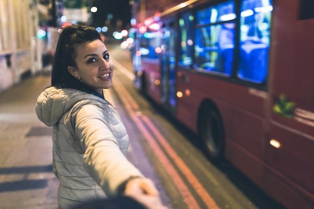 Frau in london, die hände mit freund anhält