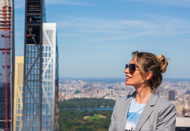 Frau in manhattan new york city