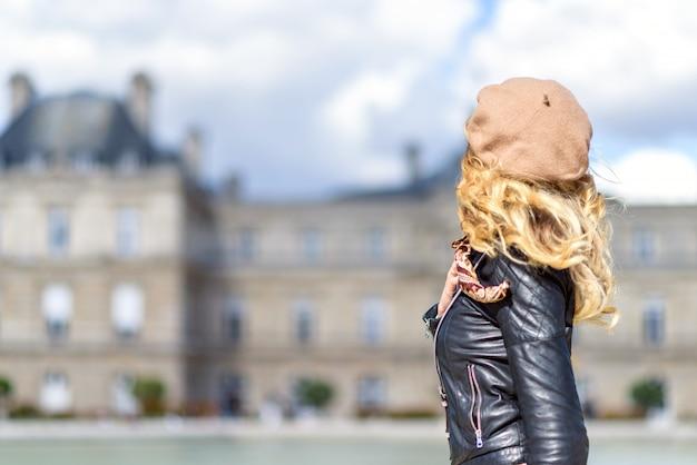 Frau in paris, frankreich