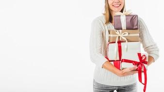 Frau in Pullover mit Geschenkboxen