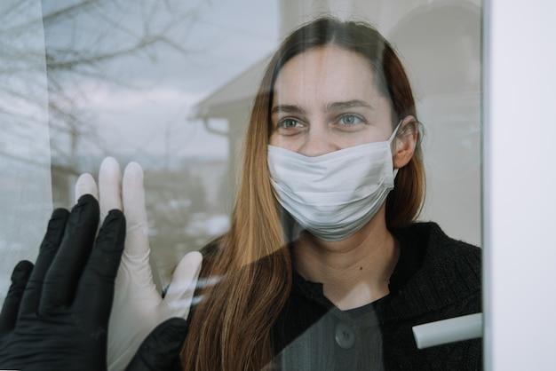 Frau in quarantäne mit gesichtsmaske