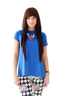 Frau in röhrenjeans und blauer bluse
