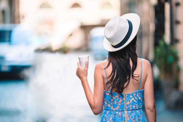 Frau in rom mit kaffee, zum der urlaubsreise zu gehen.