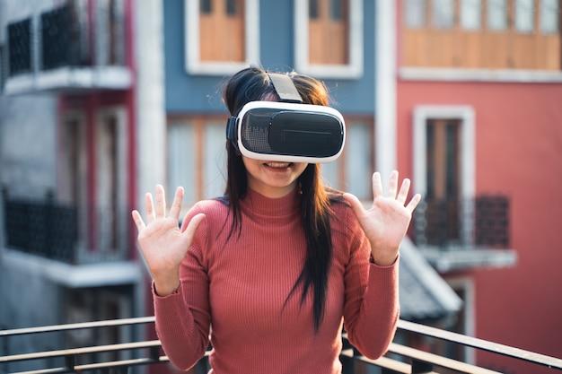 Frau in roten hemden mit virtual-reality-headset