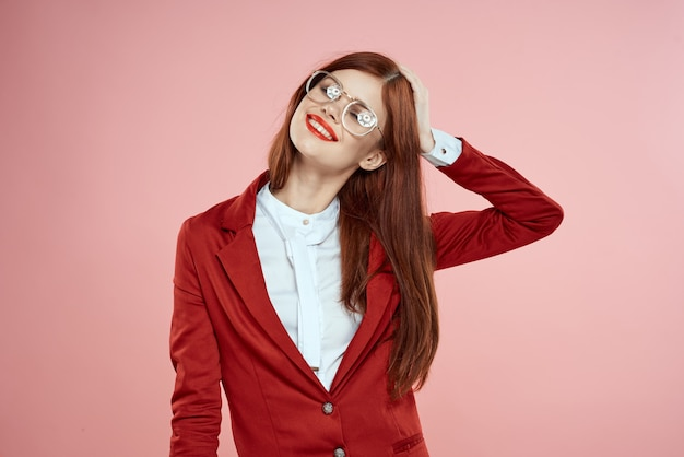 Frau in roter jacke mit brille rote lippen langes haar rosa