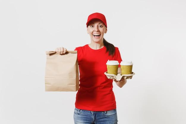 Frau in roter mütze, t-shirt, die fast-food-bestellung auf weißem hintergrund gibt. weiblicher kurier, der papierpaket mit nahrung, kaffee hält. lieferung der produkte vom geschäft oder restaurant zu ihnen nach hause. platz kopieren