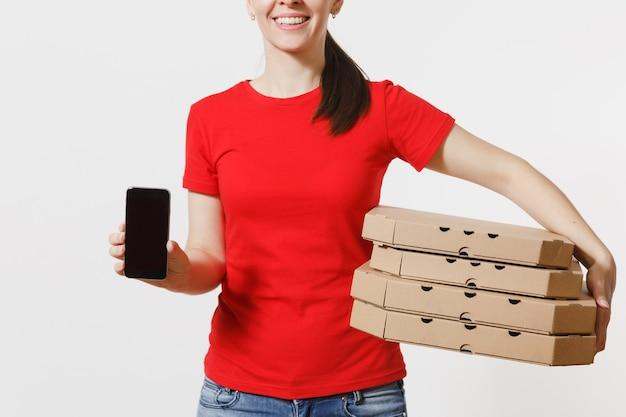 Frau in roter mütze, t-shirt, die italienische pizza in pappkartons auf weißem hintergrund bestellt. weiblicher kurier, der handy mit leerem schwarzem leerem bildschirm hält. lieferkonzept.
