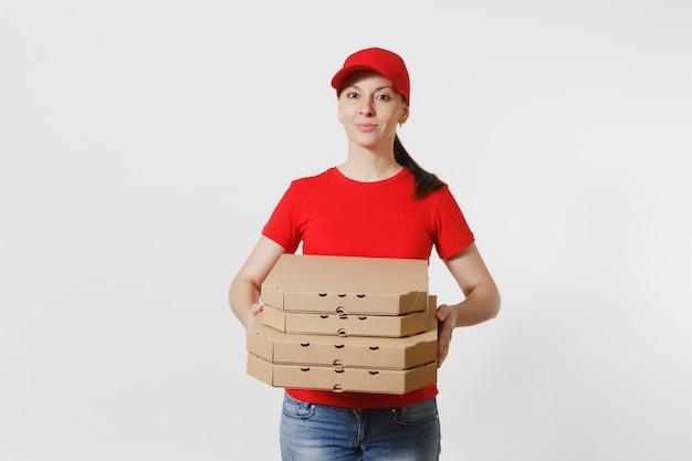 Frau in roter mütze, t-shirt, essen bestellen pizzakartons auf weißem hintergrund. weiblicher pizzamann, der als kurier oder händler arbeitet, der italienische pizza in kartonflachbox hält. lieferservice-konzept.