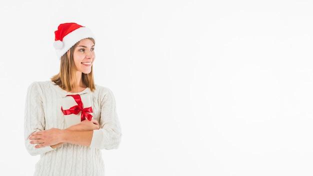 Frau in sankt-hut, der geschenkbox umarmt