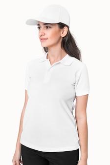Frau in schlichter weißer poloshirt-bekleidung studioshooting