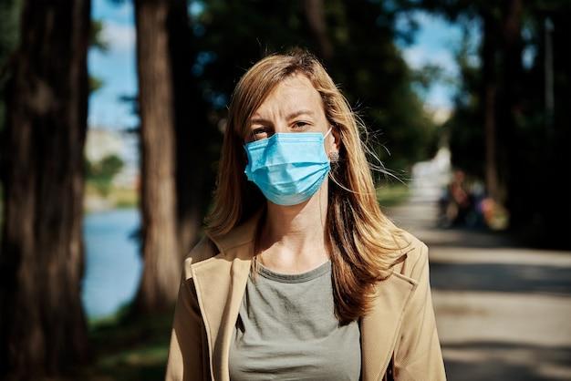 Frau in schutzmaske an der stadtstraße
