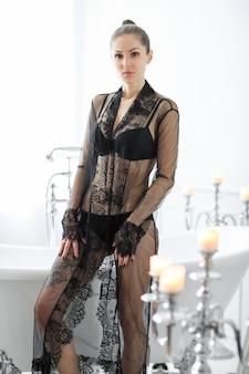 Frau in schwarzen dessous