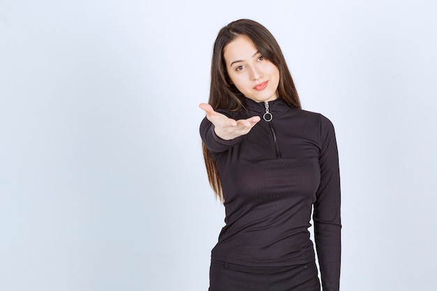 Frau in schwarzen kleidern, die schön und romantisch fühlen.