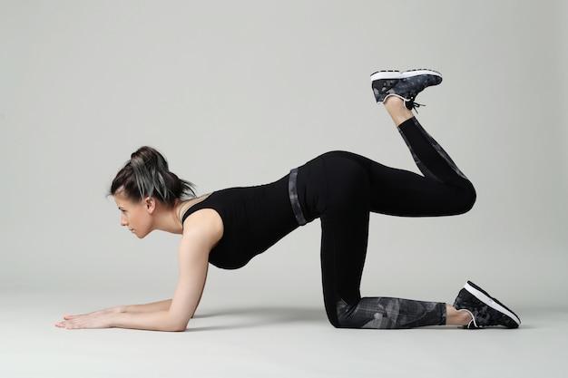 Frau in schwarzer kleidung trainiert
