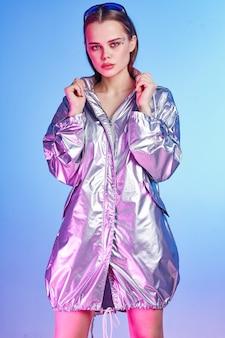 Frau in silberner jacke modedisco posiert studio