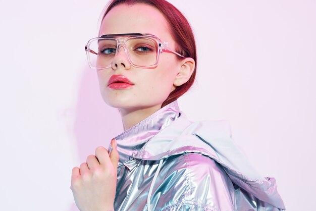 Frau in silbriger jacke mode glamour make-up