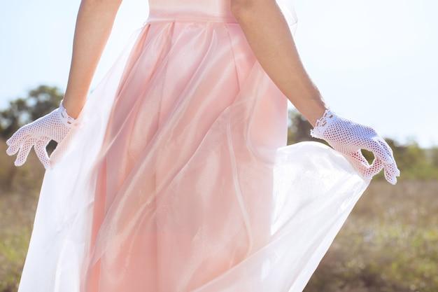 Frau in spitzen weißen handschuhen handgefertigt im retro-stil