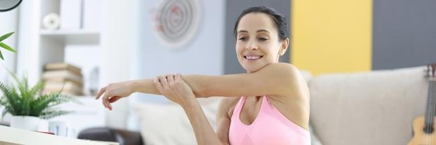 Frau in sportbekleidung für fitness zu hause. tägliches sporttrainingskonzept