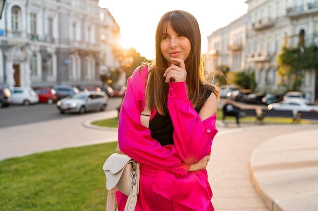 Frau in stilvollem lässigem outfit posiert in der alten europäischen stadt.