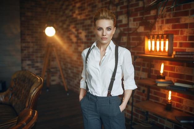 Frau in strengen kleidern, gangsterart