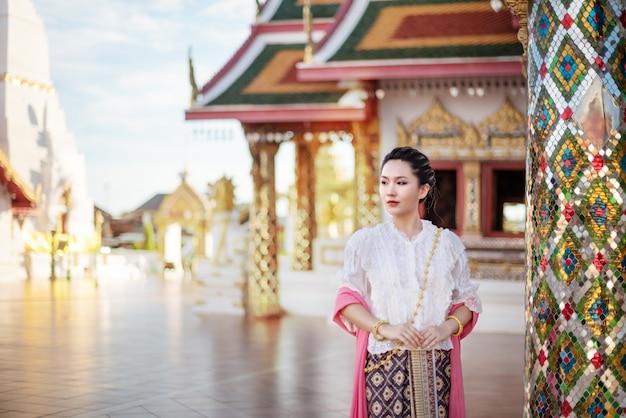 Frau in traditioneller asiatischer kleidung