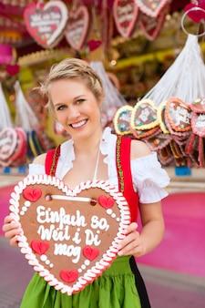 Frau in traditioneller bayerischer kleidung oder dirndl auf festival