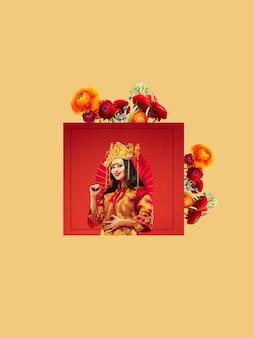 Frau in traditioneller tracht mit blumen auf orange. negatives leerzeichen, um ihren text einzufügen. modernes design. zeitgenössische bunte und konzeptionelle helle kunstcollage für die werbung. zine, retrowave-stil.