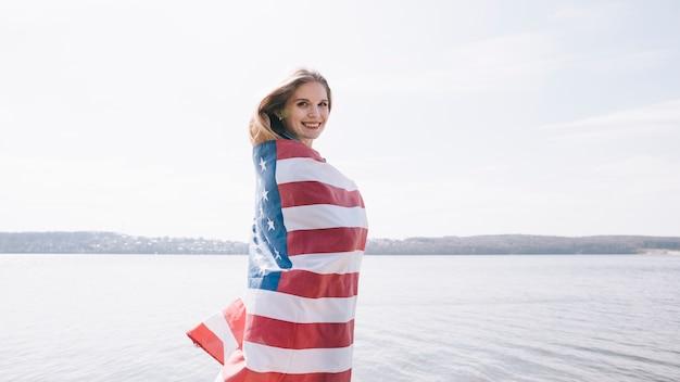 Frau in usa flagge gewickelt