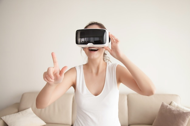 Frau in vr-brille kauft im online-shop ein